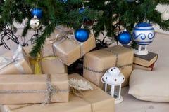 Regalos de la Navidad debajo del árbol de navidad por el Año Nuevo Imagen de archivo