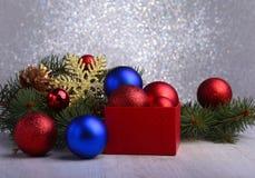 Regalos de la Navidad La decoración de la Navidad con los presentes y la bola roja con el abeto ramifica imágenes de archivo libres de regalías