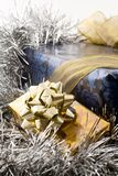 Regalos de la Navidad del azul y del oro fotos de archivo