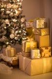Regalos de la Navidad del oro y de la plata debajo del árbol de navidad, Imagenes de archivo
