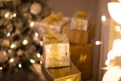 Regalos de la Navidad del oro y de la plata debajo del árbol de navidad, Foto de archivo