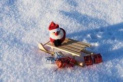Regalos de la Navidad del trineo caido en la nieve Imágenes de archivo libres de regalías
