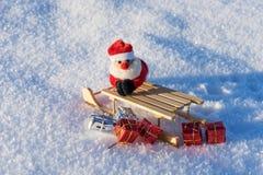Regalos de la Navidad del trineo caido en la nieve Fotos de archivo libres de regalías