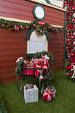 Regalos de la Navidad dentro del trineo, con las flores y el árbol adornado Fotografía de archivo libre de regalías