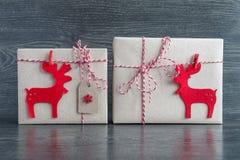 Regalos de la Navidad en ciervos comunes Foto de archivo