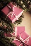 Regalos de la Navidad en el embalaje rosado Fotografía de archivo