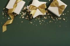 Regalos de la Navidad en el fondo verde, envolviendo endecha del plano Imagen de archivo libre de regalías