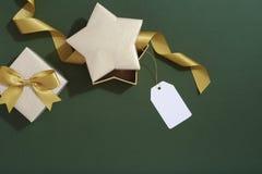 Regalos de la Navidad en el fondo verde, envolviendo endecha del plano Imagen de archivo