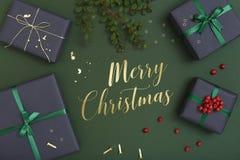 Regalos de la Navidad en el fondo verde, mensaje de la Feliz Navidad Fotos de archivo