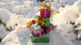 Regalos de la Navidad en el tema nevado del Año Nuevo del bosque Fotografía de archivo