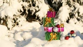 Regalos de la Navidad en el tema nevado del Año Nuevo del bosque Foto de archivo