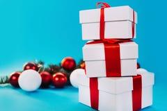 Regalos de la Navidad en fondo azul Fotografía de archivo