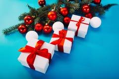 Regalos de la Navidad en fondo azul Imagenes de archivo