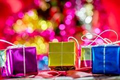 Regalos de la Navidad en fondo del efecto del bokeh Foto de archivo libre de regalías