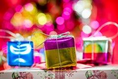 Regalos de la Navidad en fondo del efecto del bokeh Fotos de archivo libres de regalías