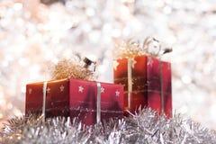 Regalos de la Navidad en fondo ligero Fotos de archivo libres de regalías