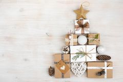 Regalos de la Navidad en la forma del árbol de abeto en fondo de madera Fotos de archivo libres de regalías
