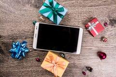 Regalos de la Navidad en la madera Imágenes de archivo libres de regalías
