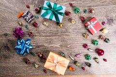 Regalos de la Navidad en la madera Fotos de archivo libres de regalías