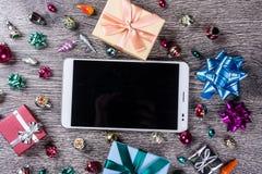 Regalos de la Navidad en la madera Fotografía de archivo libre de regalías