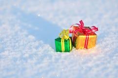 Regalos de la Navidad en la nieve Imagenes de archivo