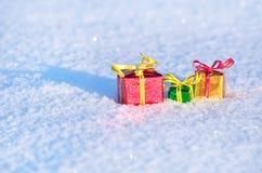 Regalos de la Navidad en la nieve Imágenes de archivo libres de regalías