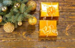 Regalos de la Navidad en la tabla con las decoraciones festivas Fotos de archivo