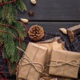 Regalos de la Navidad en de madera negro Foto de archivo