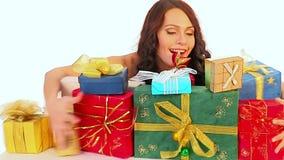 Regalos de la Navidad en manos de la mujer Venta de Navidad para la muchacha de compras metrajes