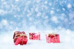 Regalos de la Navidad en nieve Fotos de archivo libres de regalías