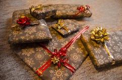 Regalos de la Navidad en papel con las escamas de la nieve Imágenes de archivo libres de regalías