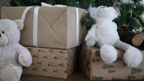 Regalos de la Navidad en un árbol de navidad almacen de metraje de vídeo