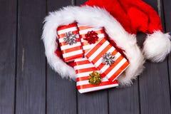 Regalos de la Navidad en un sombrero de Santa Claus Imagen de archivo