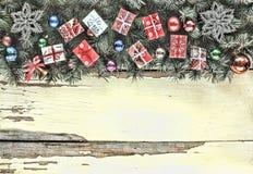 2018 Regalos de la Navidad en una pequeña caja hecha a mano en las ramas de un árbol de navidad Marco de la Navidad, fondo de la  Foto de archivo