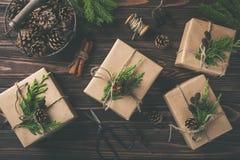 Regalos de la Navidad o del Año Nuevo envueltos en el papel de Kraft Fotografía de archivo libre de regalías