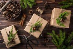Regalos de la Navidad o del Año Nuevo envueltos en el papel de Kraft Imagen de archivo