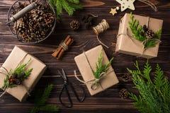 Regalos de la Navidad o del Año Nuevo envueltos en el papel de Kraft Imagen de archivo libre de regalías