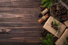 Regalos de la Navidad o del Año Nuevo envueltos en el papel de Kraft Fotografía de archivo