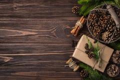 Regalos de la Navidad o del Año Nuevo envueltos en el papel de Kraft Foto de archivo