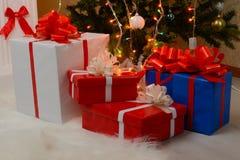 Regalos de la Navidad por la chimenea y el abeto Imagen de archivo libre de regalías