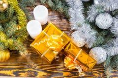 Regalos de la Navidad, velas y árboles de hoja perenne adornados Fotos de archivo libres de regalías