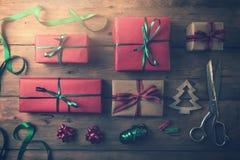 regalos de la Navidad y accesorios del embalaje en fondo de madera Fotografía de archivo