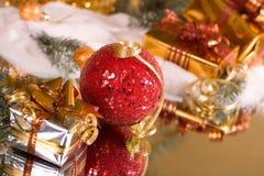 Regalos de la Navidad y bola roja foto de archivo libre de regalías