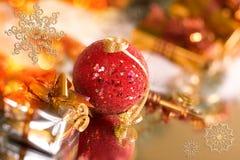 Regalos de la Navidad y bola roja imágenes de archivo libres de regalías