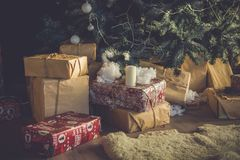 Regalos de la Navidad y del Año Nuevo cerca del árbol de navidad imagen de archivo