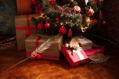 Regalos de la Navidad y del Año Nuevo debajo de un árbol de navidad Imagenes de archivo