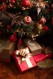 Regalos de la Navidad y del Año Nuevo debajo de un árbol de navidad Foto de archivo