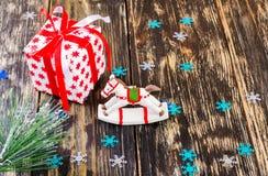 Regalos de la Navidad y juguete del caballo Fotografía de archivo libre de regalías