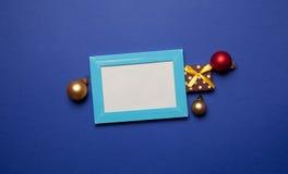 Regalos de la Navidad y marco de la foto Imágenes de archivo libres de regalías