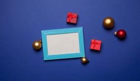 Regalos de la Navidad y marco de la foto Fotografía de archivo libre de regalías